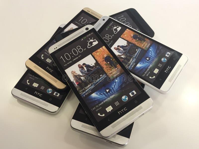 Uma pilha de telefones celulares de HTC fotografia de stock royalty free