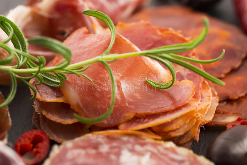 Uma pilha do embutido, do jamon, do chouriço e do em espanhóis diferentes do lomo foto de stock royalty free