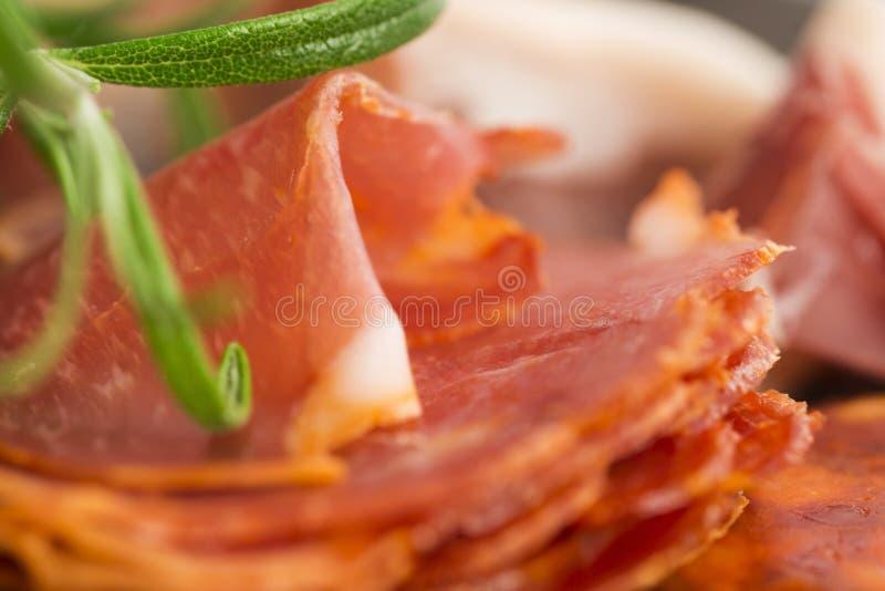 Uma pilha do embutido, do jamon, do chouriço e do em espanhóis diferentes do lomo fotos de stock
