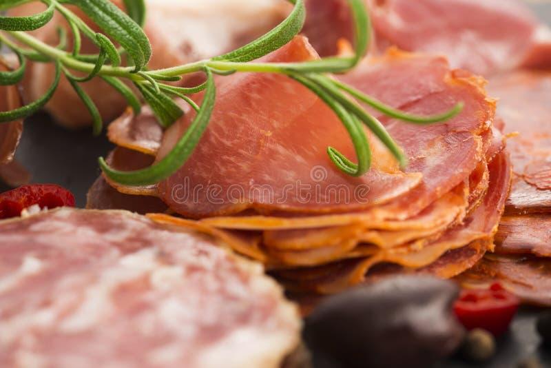 Uma pilha do embutido, do jamon, do chouriço e do em espanhóis diferentes do lomo imagens de stock royalty free