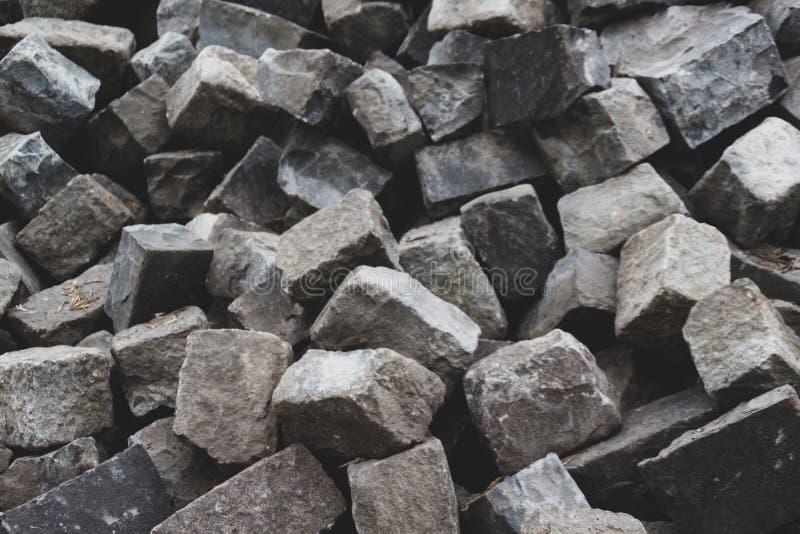 Uma pilha do fundo de pedra cinzento dos tijolos fotografia de stock royalty free
