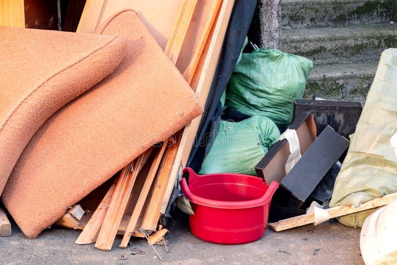 Uma pilha do lixo, do lixo e da mobília velha submetidos para a eliminação no lixo foto de stock royalty free
