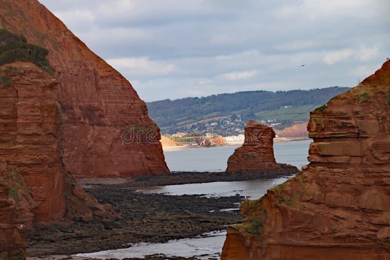 Uma pilha do mar do arenito na baía perto de Sidmouth, Devon de Ladram Peça do trajeto litoral ocidental sul Sidmouth é visível n imagens de stock royalty free