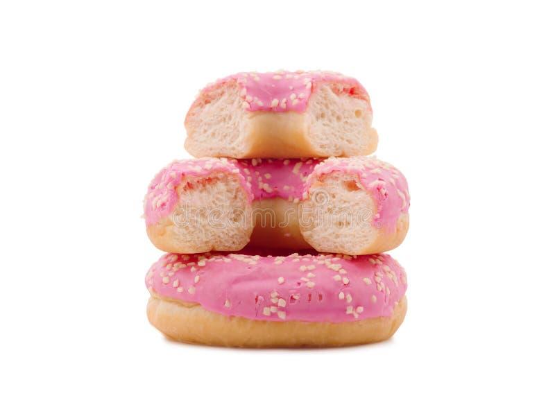 Uma pilha dos anéis de espuma no esmalte do açúcar, inteiro e quebrado Isolado no branco Close-up imagem de stock