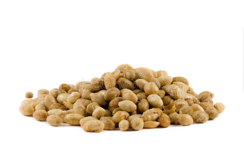 Uma pilha dos grãos de soja isolados no branco imagem de stock royalty free