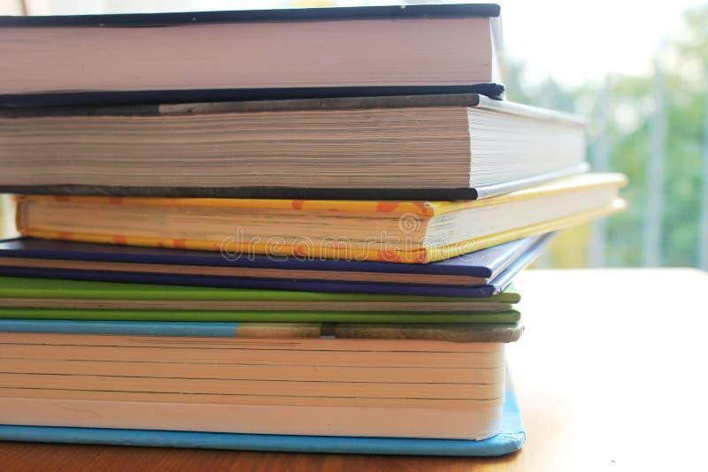 Uma pilha dos livros imagens de stock