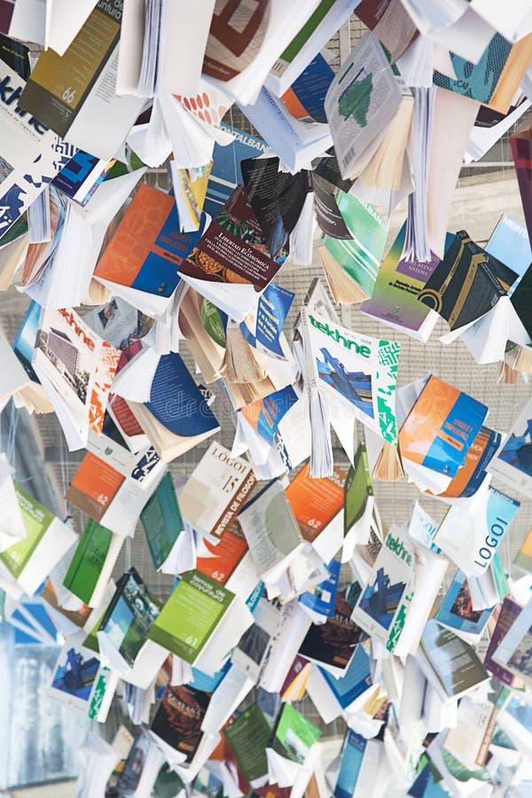 Uma pilha dos livros que penduram do teto fotos de stock