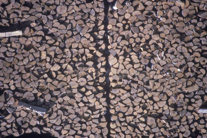 Uma pilha enorme de logs em um moinho da madeira serrada em Vermont fotos de stock royalty free