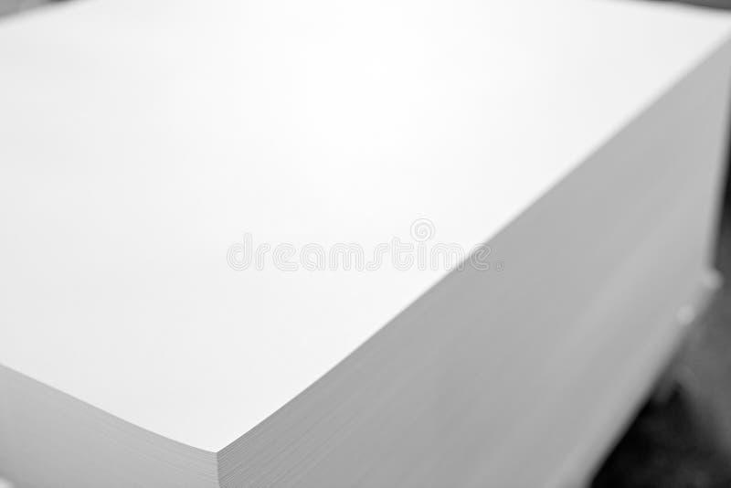 Uma pilha enorme do papel na casa imprimindo Fundo da textura da ind?stria de impress?o fotos de stock
