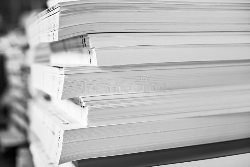 Uma pilha enorme do papel na casa imprimindo Fundo da textura da ind?stria de impress?o fotografia de stock