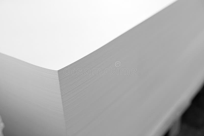Uma pilha enorme do papel na casa imprimindo Fundo da textura da ind?stria de impress?o foto de stock
