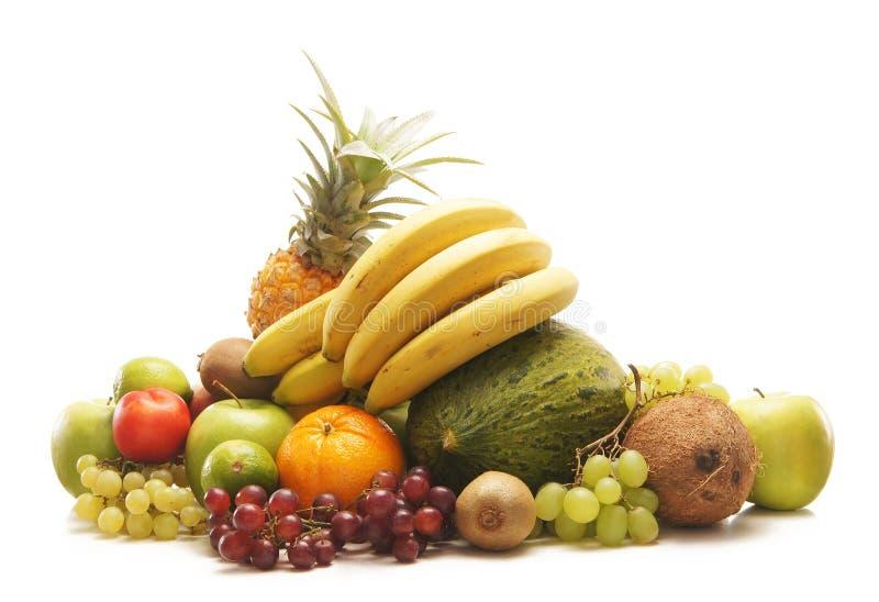 Uma pilha grande de frutas frescas e saborosos no branco fotos de stock