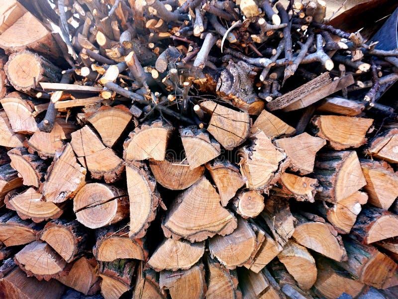 Uma pilha marrom com lenha da cereja fotografia de stock royalty free