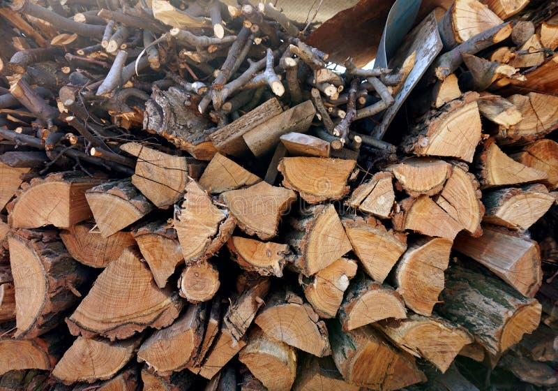Uma pilha marrom com lenha da cereja fotos de stock