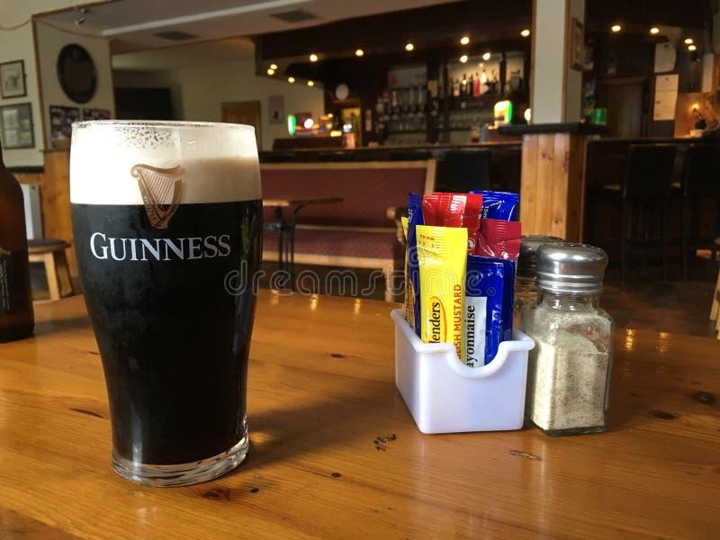 Uma pinta perfeita de Guinness foto de stock royalty free