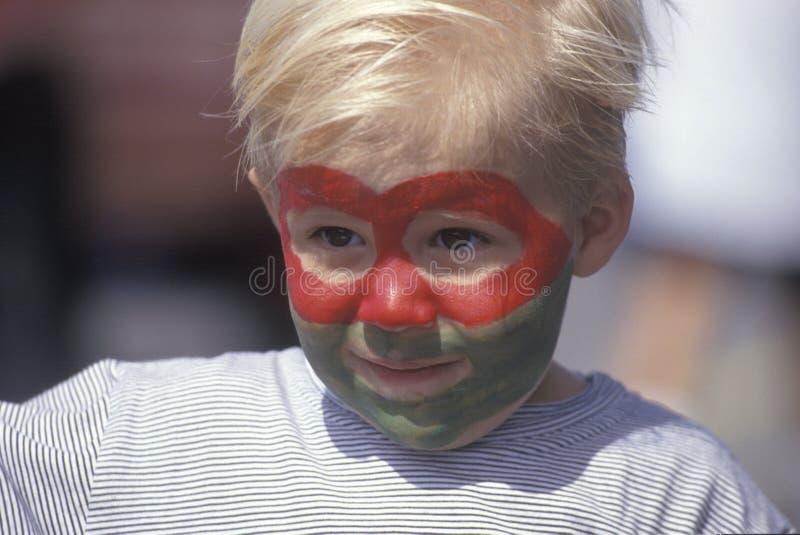 Uma pintura vestindo da cara do menino fotos de stock royalty free