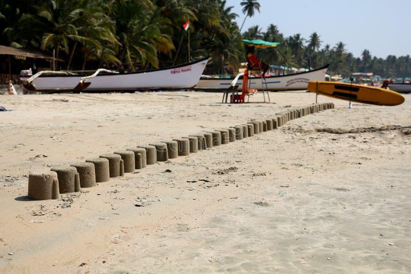 Uma pirâmide longa de figuras da areia no Oceano Índico fotografia de stock