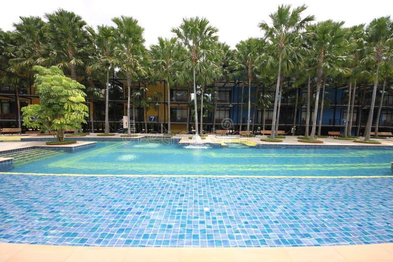 Uma piscina grande com água clara e vista a um hotel no jardim botânico tropical de Nong Nooch perto da cidade de Pattaya em Tail imagens de stock