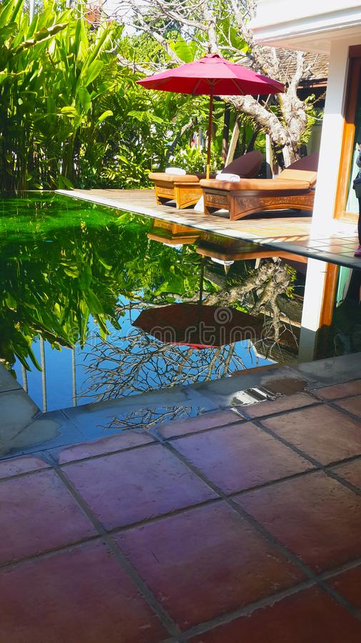 Uma piscina pequena com a cama cinzelada de madeira fotografia de stock