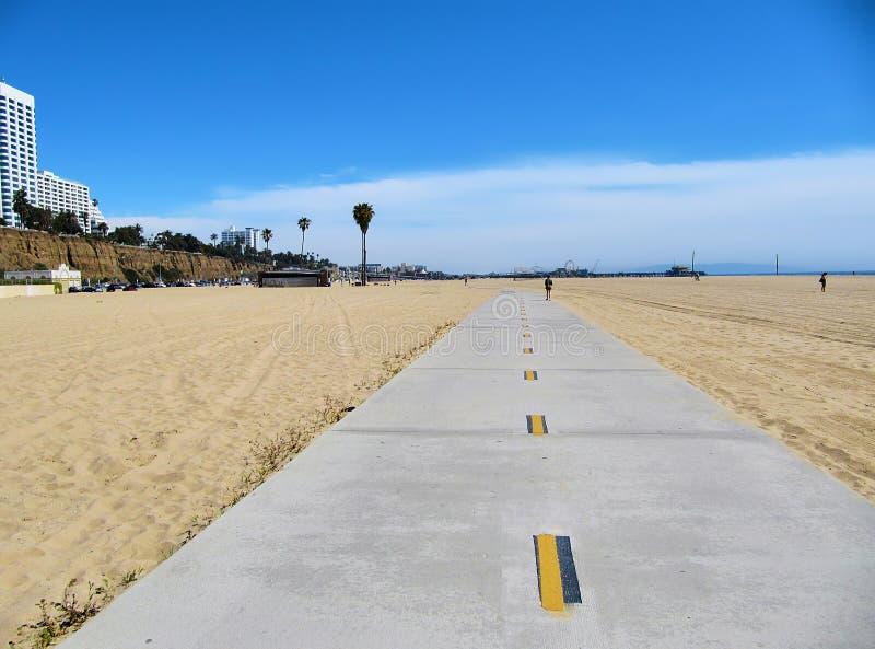 Uma pista do ciclo na praia de Santa Monica fotografia de stock royalty free