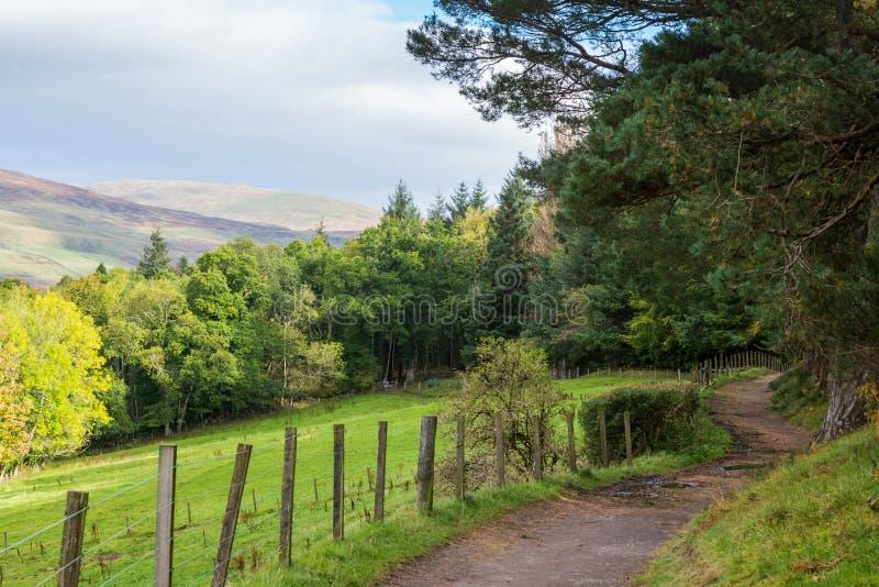 Uma pista escocesa bonita Crieff do país em Escócia fotos de stock royalty free