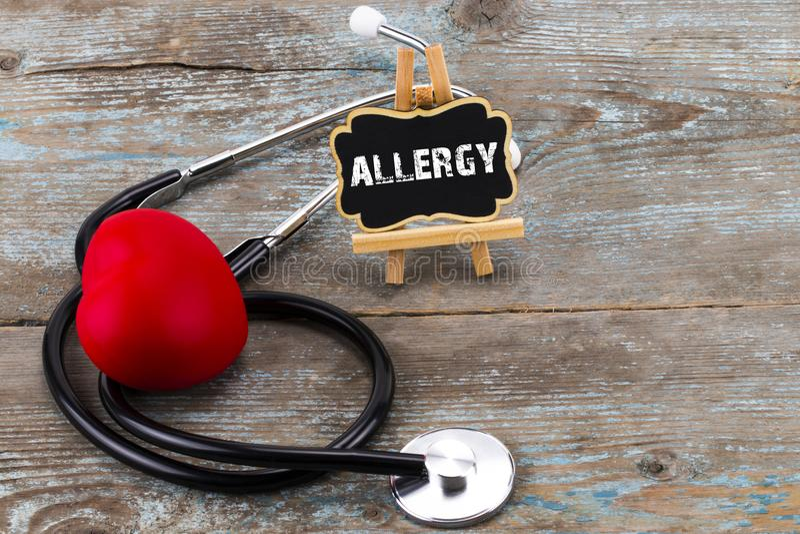 Uma placa com a alergia e o estetoscópio da palavra O conceito de mim fotos de stock royalty free