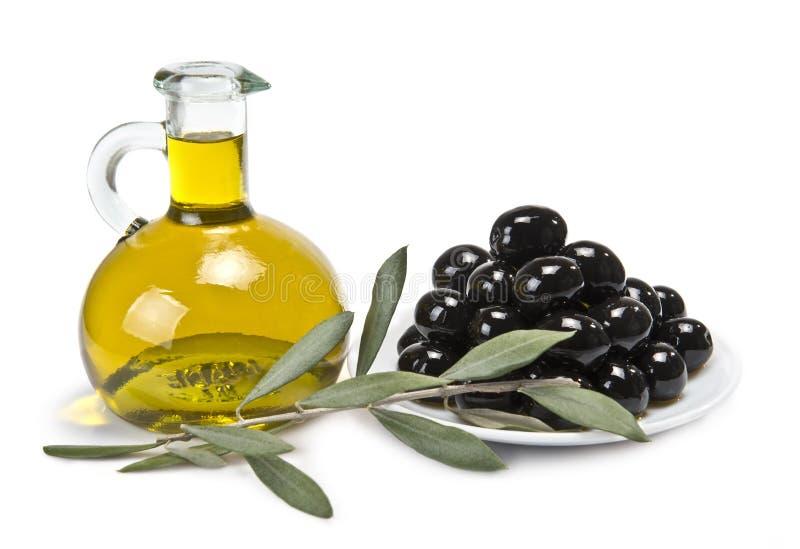 Uma placa com azeitonas pretas e petróleo. imagens de stock royalty free