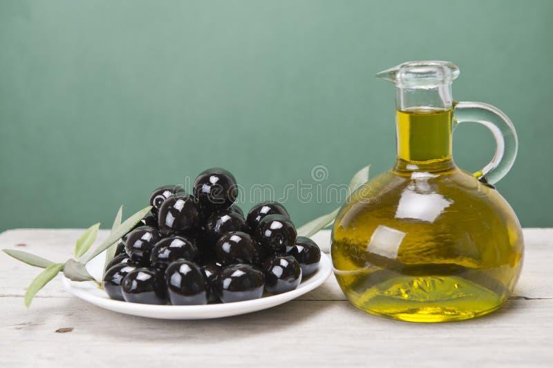 Uma placa com azeitonas pretas e petróleo. foto de stock royalty free