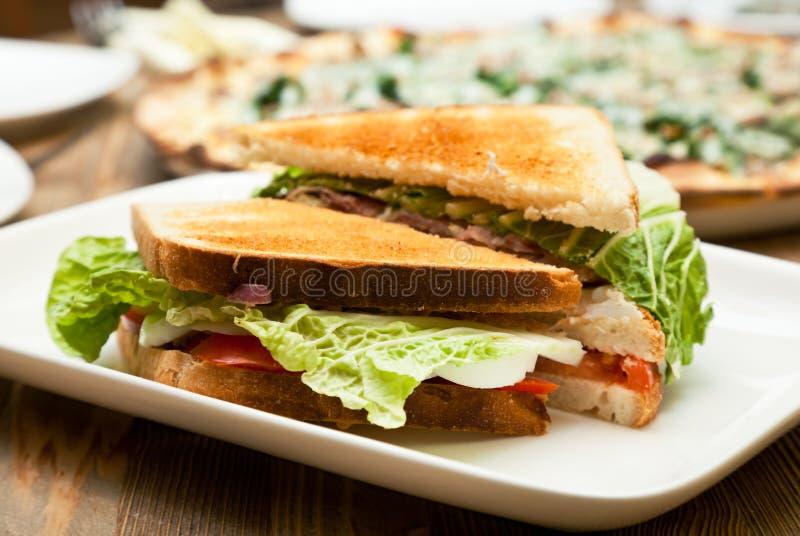 Uma placa com o sanduíche fotografia de stock royalty free