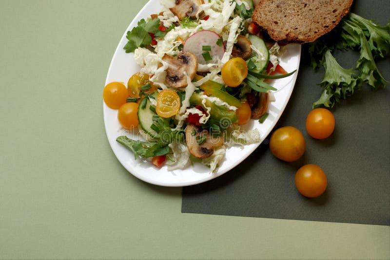 Uma placa da salada com vegetais, cogumelos fotografia de stock royalty free