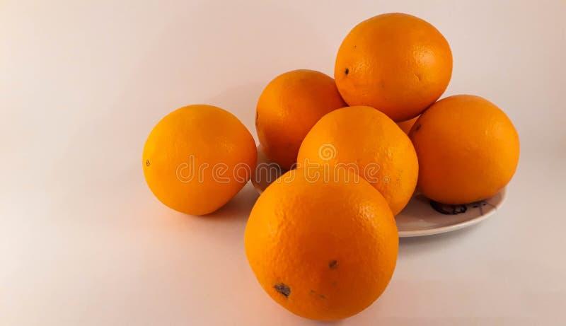 Uma placa das laranjas imagens de stock royalty free
