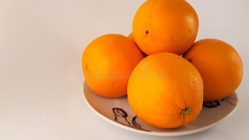 Uma placa das laranjas fotografia de stock