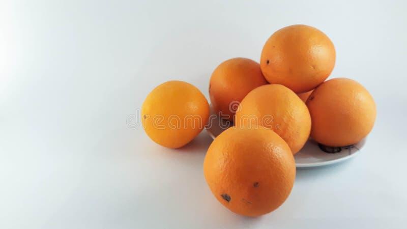 Uma placa das laranjas fotografia de stock royalty free