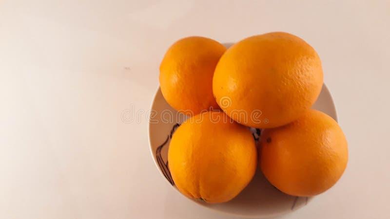 Uma placa das laranjas imagem de stock