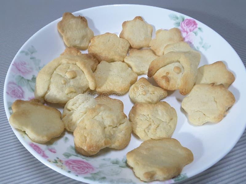 Uma placa de cookies frescas fotos de stock royalty free