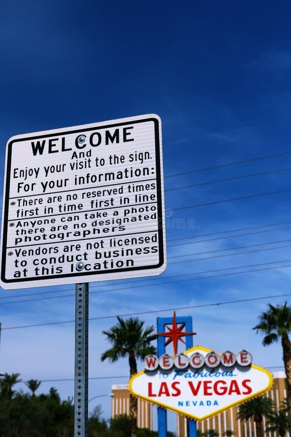 Uma placa de guia e a boa vinda a Las Vegas fabuloso assinam fotos de stock royalty free