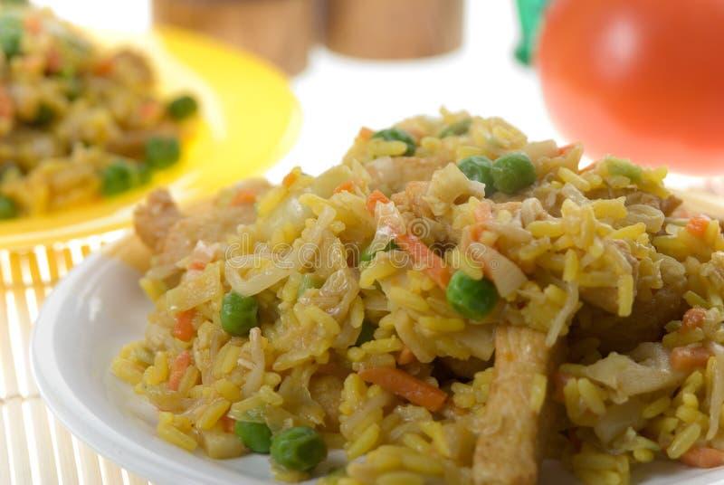 Uma placa do arroz fritado oriental delicioso foto de stock