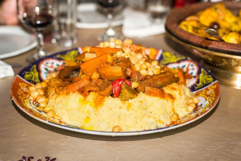 Uma placa do prato marroquino tradicional do cuscuz imagens de stock royalty free