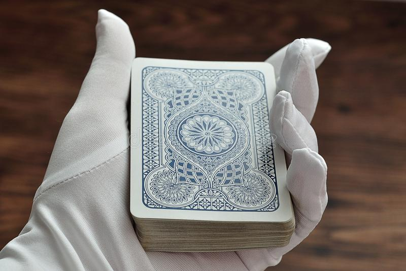 Uma plataforma de cartões que estão sendo realizados no mágicos entrega foto de stock