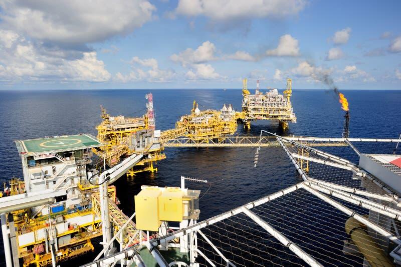 Uma plataforma de petróleo e gás a pouca distância do mar fotografia de stock