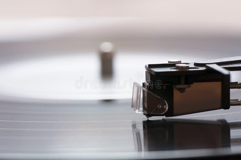Uma plataforma giratória com um registro de vinil foto de stock