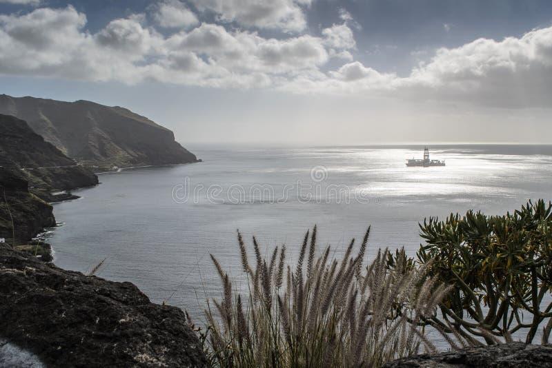 Uma plataforma petrolífera perto da costa em teresitas de Las fotos de stock