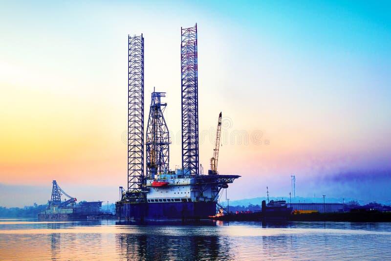 Uma plataforma a pouca distância do mar da plataforma petrolífera foto de stock