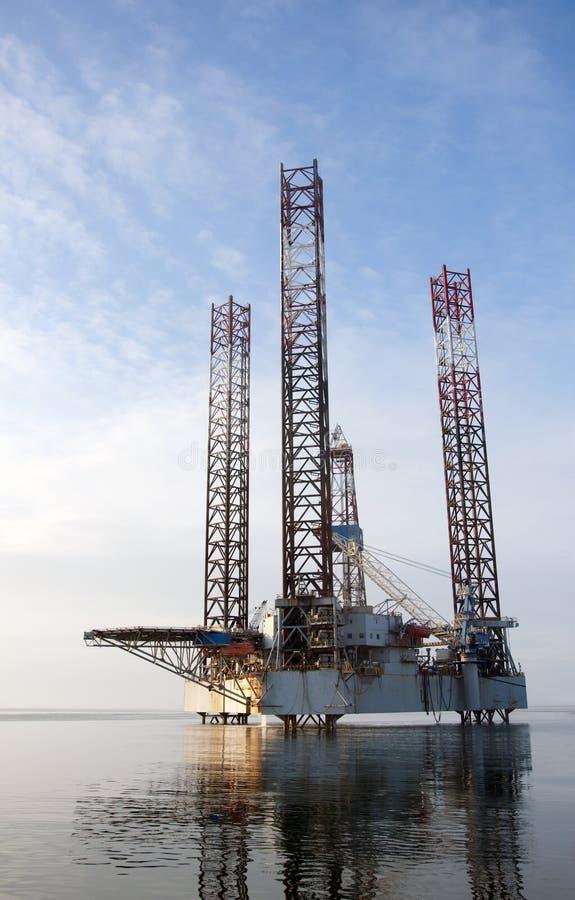 Uma plataforma a pouca distância do mar da plataforma petrolífera fotografia de stock royalty free