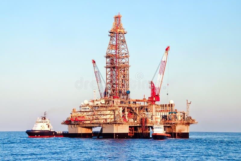 Uma plataforma a pouca distância do mar da plataforma petrolífera foto de stock royalty free