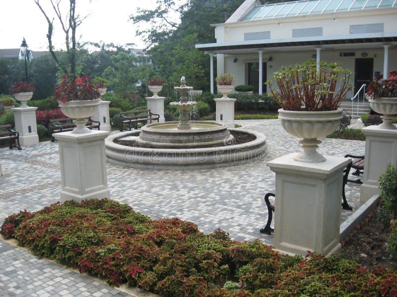 Uma plaza com fonte, montagem Austin Playground, Victoria Peak, Hong Kong imagens de stock