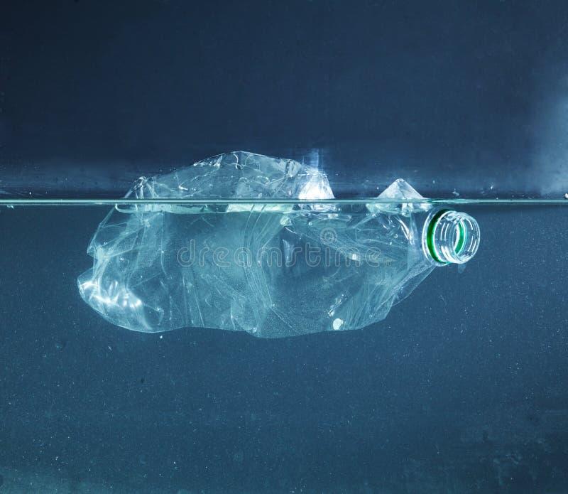 Uma poluição plástica da garrafa de água no oceano fotografia de stock royalty free