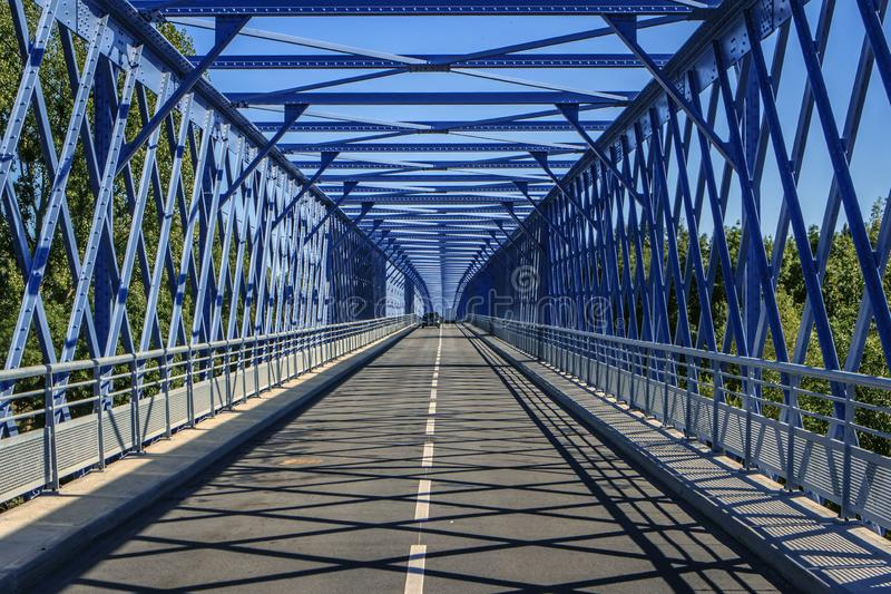 Uma ponte azul sobre o Loire fotos de stock royalty free
