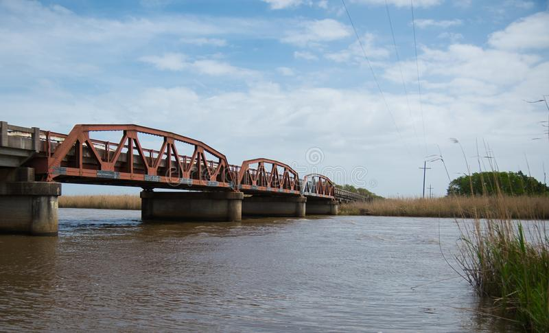 Uma ponte de fardo velha do pônei na estrada 90, St Tammany Parish, Louisiana imagens de stock royalty free