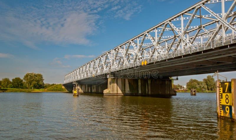 Uma ponte de fardo velha sobre um rio holandês fotos de stock royalty free